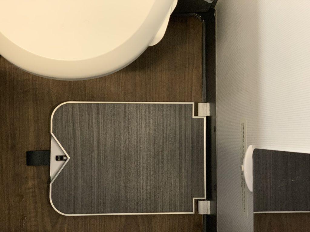 ANA A380(フライングホヌ) プレミアムエコノミー トイレ 踏み台