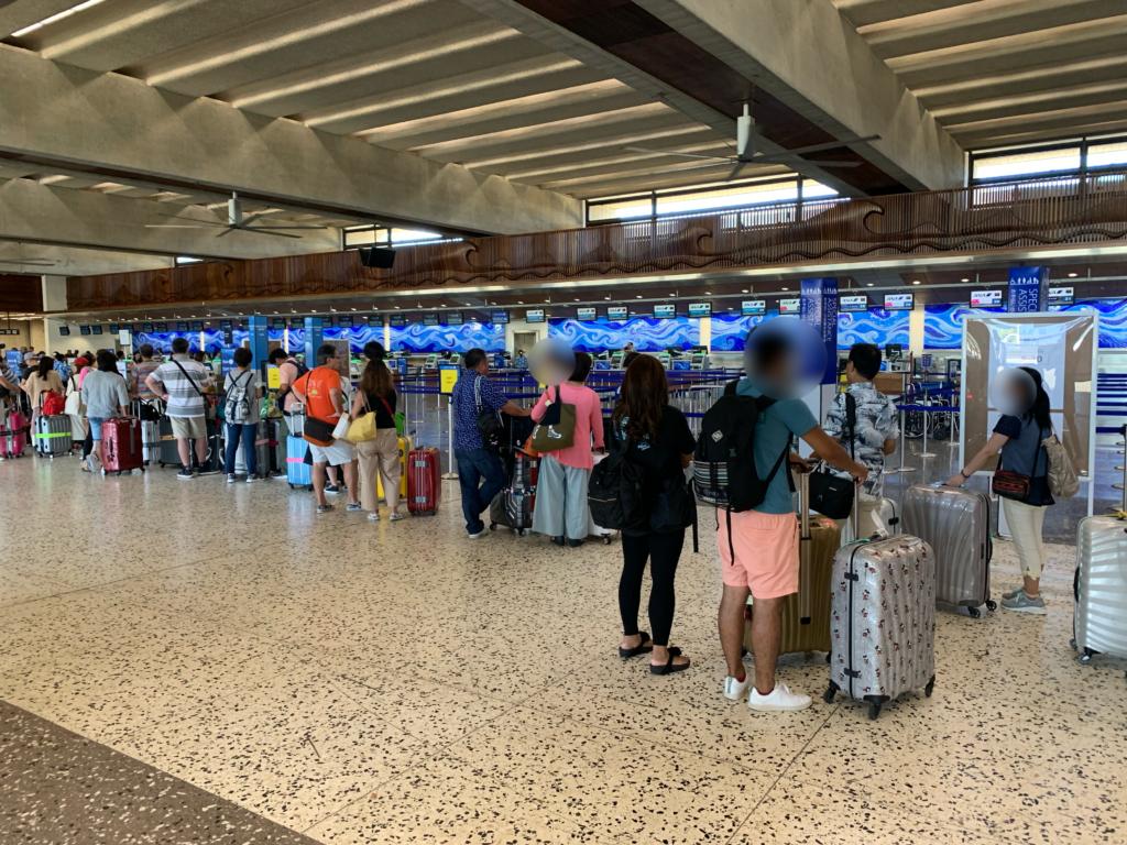 ダニエル・K・イノウエ国際空港 チェックイン開始を待つ人