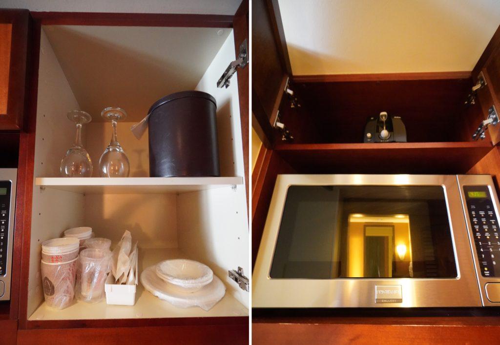 アウラニ 2ベッドルームヴィラ・オーシャンビュー ミニキッチン(食器、電子レンジ、電子ケトル、グラス)